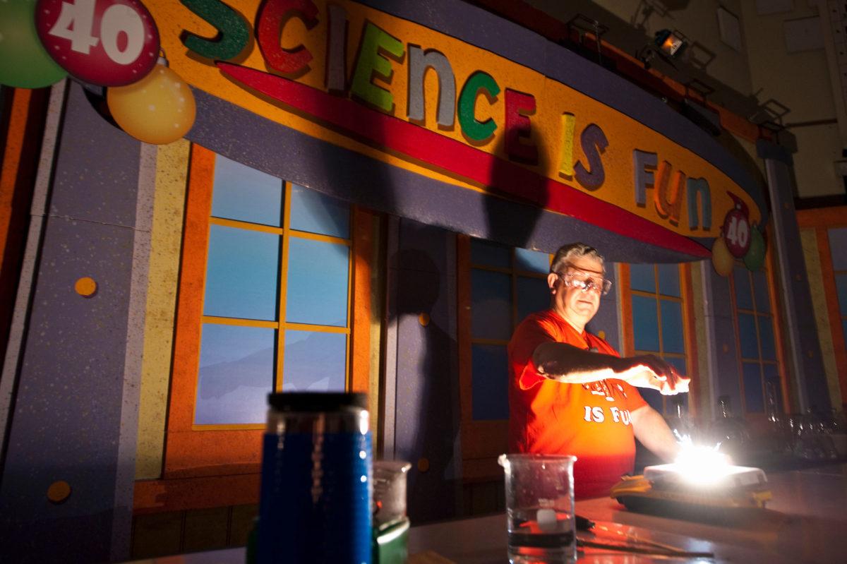 Bassam Shakhashiri presents chemistry demonstration