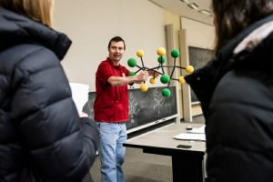 Matt Bowman, senior lecturer in the Department of Chemistry, teaches an organic chemistry class to undergraduate students in Ingraham Hall. PHOTOS BY LAUREN JUSTICE